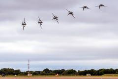Un'immagine composita che dimostra un aereo militare del carico che esegue la prima metà di un rotolo di barilotto per dimostrare fotografie stock