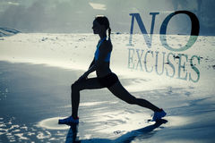 Un'immagine composita della donna di misura che fa gli affondo sulla spiaggia Fotografie Stock Libere da Diritti