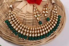 Un'immagine dei gioielli femminili con le pietre Per le ragazze e le donne che abbinano gli orecchini e collana fotografia stock libera da diritti