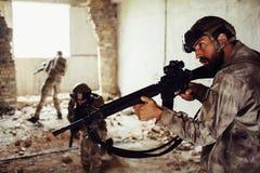 Un'immagine dei guerrieri di thhree che stanno nelle posizioni differenti in una ha rovinato la stanza Le tenute barbute del tipo fotografie stock libere da diritti