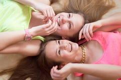 Un'immagine del primo piano di due ha eccitato la bionda adolescente e Fotografia Stock