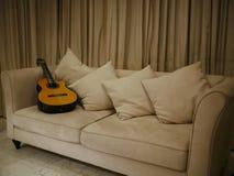Un'immagine di bella chitarra acustica in un salone Immagine Stock Libera da Diritti