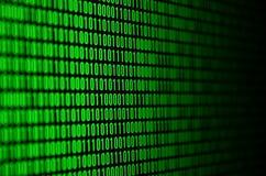 Un'immagine di un codice binario ha composto di un insieme delle cifre verdi su un fondo nero immagine stock