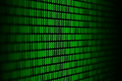 Un'immagine di un codice binario ha composto di un insieme delle cifre verdi su un fondo nero immagine stock libera da diritti