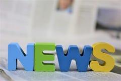 Un'immagine di concetto di un giornale con le notizie di parola fotografia stock libera da diritti