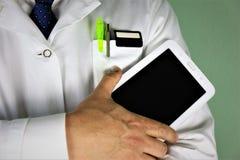 Un'immagine di concetto di un medico con una compressa in sua mano immagini stock