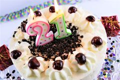 Un'immagine di concetto di una torta di compleanno con la candela - 21 Immagine Stock Libera da Diritti