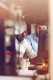 Un'immagine di due giovani uomini d'affari che interagiscono alla riunione nell'ufficio Fotografie Stock