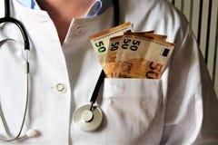 Un'immagine di un medico di scrittura con lo stetoscopio immagini stock