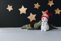 Un'immagine di natura morta di natale con le stelle dorate su un fondo Fotografia Stock