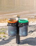 Un'immagine di quattro recipienti rotondi nel pubblico immagine stock libera da diritti