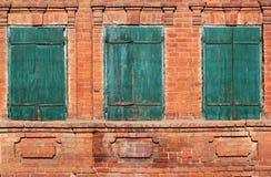 Un'immagine di sfondo di vecchio verde tre ha serrato le finestre con le imposte Fotografia Stock Libera da Diritti