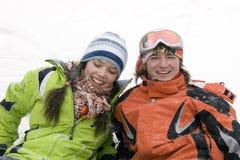 Un'immagine di stile di vita di due giovani snowboarders Immagini Stock Libere da Diritti