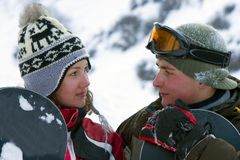 Un'immagine di stile di vita di due giovani snowboarders adulti Immagine Stock Libera da Diritti