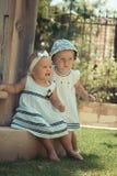 Un'immagine di un bambino di due bambini divertendosi gioco all'aperto, dei migliori amici, del concetto felice della famiglia, d Fotografia Stock