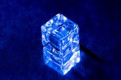 Un'immagine di un cubetto di ghiaccio blu Fotografia Stock