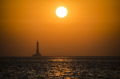 Un'immagine di un faro nel Mar Arabico durante il tramonto Fotografia Stock
