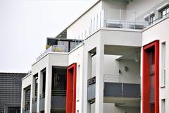 Un'immagine di una casa residenziale con la pittura moderna della facciata, colpo esteriore Immagine Stock Libera da Diritti