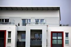 Un'immagine di una casa residenziale con la pittura moderna della facciata, colpo esteriore Immagini Stock Libere da Diritti