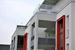Un'immagine di una casa residenziale con la pittura moderna della facciata, colpo esteriore Fotografia Stock Libera da Diritti
