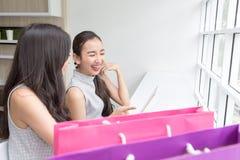 Un'immagine di una ragazza sorridente che paga con una compressa dentro online fotografie stock libere da diritti