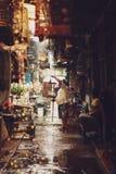 Un'immagine di un uomo vende gli uccelli qui nel mercato locale dello stormo fotografia stock