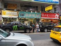 Un'immagine di vari negozi di animali alla via di Tung Choi in Hong Kong immagini stock
