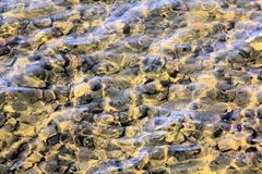 Un'immagine dipinta con luce, acqua ed il fondo di un fiume fotografie stock