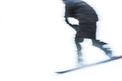 Un'immagine vaga molto veloce del bordo della neve di corsa con gli sci dell'uomo Fotografia Stock