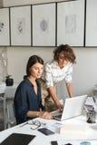 Un'immagine verticale di due giovani donne sta discutendo qualcosa Fotografia Stock Libera da Diritti