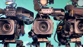 Un'immagine zumata-fuori di tre videocamere portatili professionali video d archivio