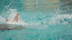 un'immersione subacquea dell'uomo in una piscina stock footage