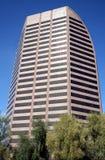 Un immeuble de bureaux moderne avec les arbres verts Image libre de droits