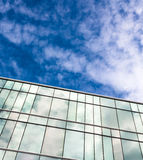 Un immeuble de bureaux moderne de style avec le ciel bleu et le nuage à l'arrière-plan Image libre de droits