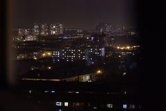 Un immeuble la nuit Fenêtres résidentielles d'appartements s'allumant et s'éteignant du jour au lendemain photographie stock