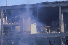 Un immeuble sur l'incendie photos libres de droits