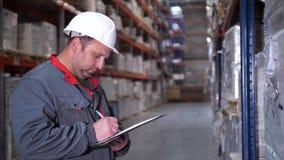Un impiegato ad un magazzino di logistica descrive i prodotti Primo piano 4K Mo lento archivi video