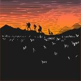 Un impiegato segue una farfalla Turisti alle montagne di salita di notte Tramonto Siluette della gente contro lo sfondo del cielo Immagini Stock Libere da Diritti