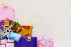Un impilamento e una decorazione del presente dei regali di festa Immagine Stock