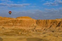 Un impulso del aire caliente sobre el complejo del al-Bahari de Deir imagen de archivo libre de regalías