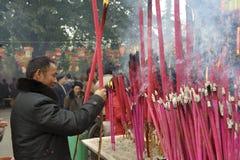 Un incenso burning dell'uomo sull'altare di incenso Immagini Stock