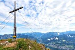 Un incrocio di legno sopra la montagna Kalmberg ed i raggi del sole Bello paesaggio Regione di Salzkammergut fotografia stock