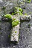 Incrocio di pietra su una tomba Fotografia Stock Libera da Diritti