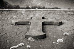 Incrocio di pietra su una tomba Fotografia Stock
