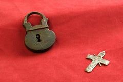Un incrocio di rame e un lucchetto del Russo di rame del XVIII secolo e anziano di cose sono d'annata Fotografie Stock