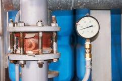 Un indicador de presión instalado en la tubería del abastecimiento de agua Primer Imagenes de archivo