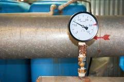 Un indicador de presión instalado en la tubería del abastecimiento de agua Primer Imágenes de archivo libres de regalías