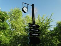 Un indicador a los cruces en el parque fotos de archivo libres de regalías
