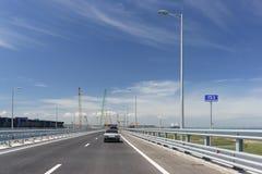 Un indicateur au pont criméen 153 kilomètres de l'agence fédérale de route Les voitures vont vers la ville de Kerch Image stock