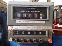 Un indicatore del carburante su una vecchia autocisterna Immagini Stock